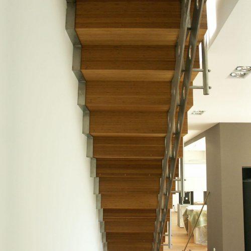 houten trap op inox drager